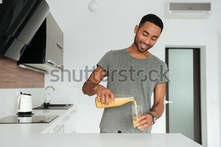 Felice bell'uomo piedi cottura cucina blu Foto d'archivio © deandrobot