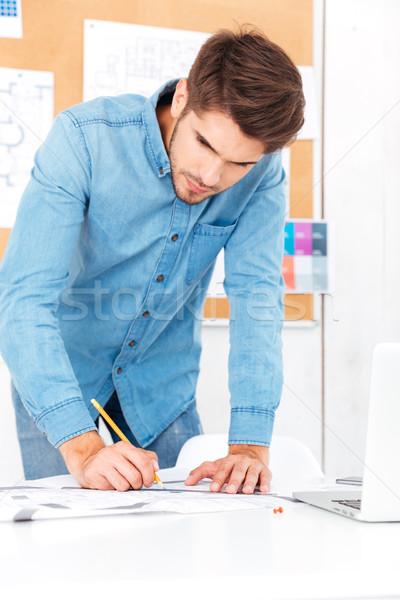ストックフォト: 小さな · ビジネスマン · ノート · 立って
