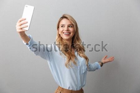 Vrouw foto smartphone tonen overwinning Stockfoto © deandrobot