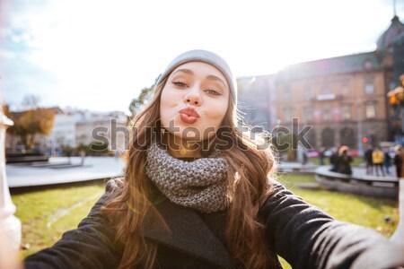 Mujer abrigo bastante nina mirando Foto stock © deandrobot