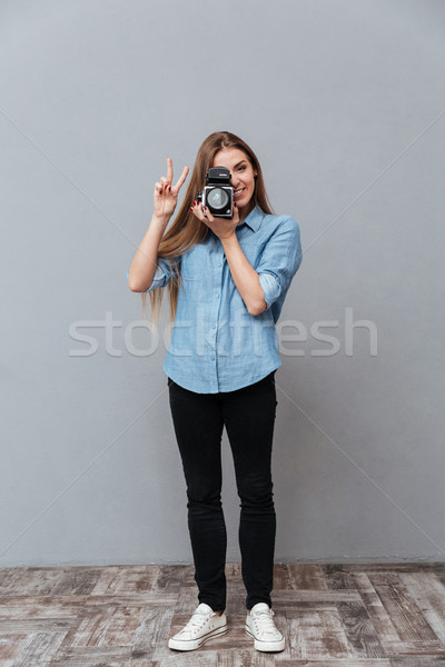 Image femme rétro caméra vidéo shirt Photo stock © deandrobot