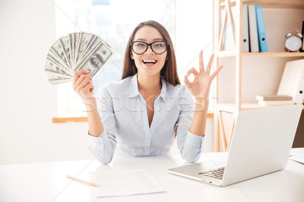 üzletasszony tart pénz kéz készít oké Stock fotó © deandrobot