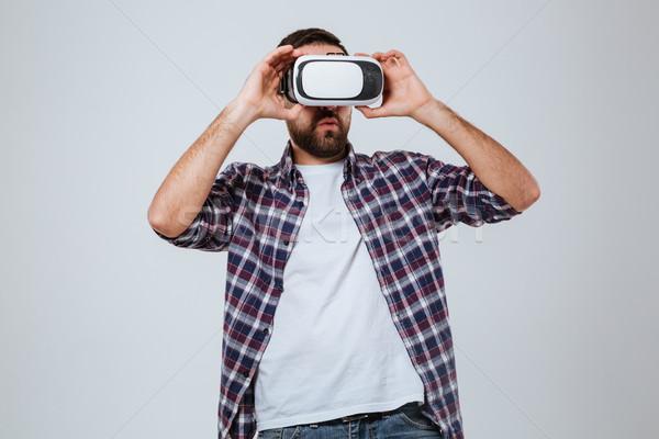 Barbado hombre camisa virtual realidad dispositivo Foto stock © deandrobot