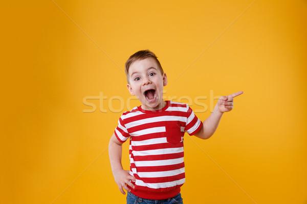 Uimit îndreptat degete in sus spatiu copie Imagine de stoc © deandrobot
