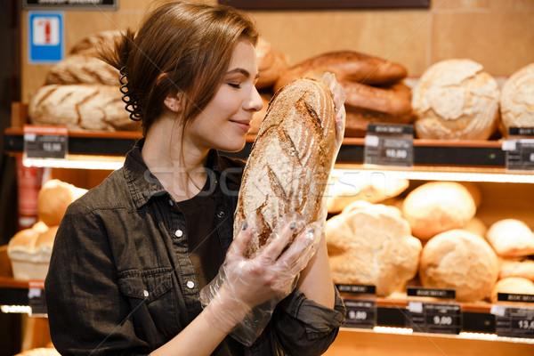 Genç mutlu kadın süpermarket Stok fotoğraf © deandrobot