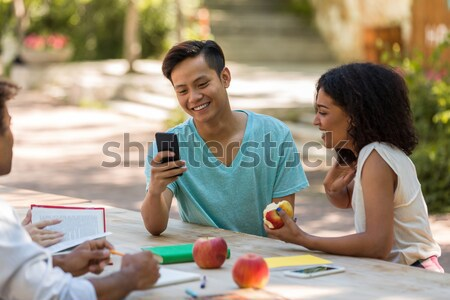 Vrolijk jonge vrienden studenten buitenshuis Stockfoto © deandrobot