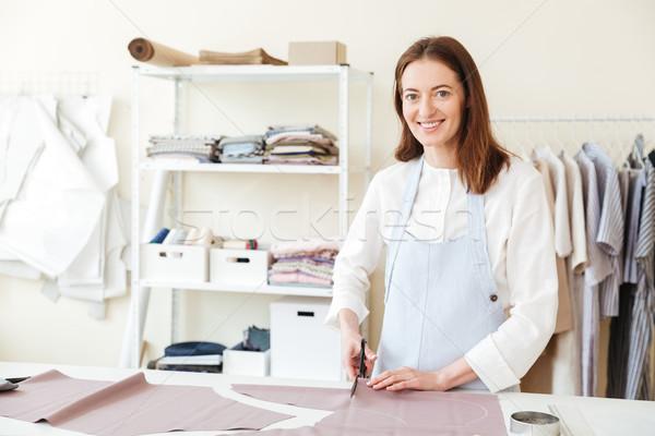 Kobieta nożyczki cięcia tkaniny wesoły patrząc Zdjęcia stock © deandrobot