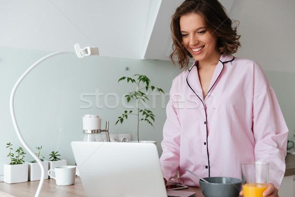 Portret glimlachend jong meisje pyjama kijken film Stockfoto © deandrobot
