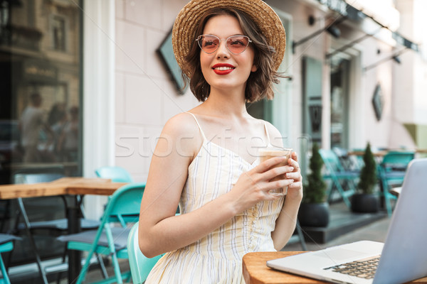 Satisfecho mujer vestido sombrero de paja potable café Foto stock © deandrobot