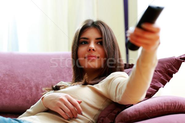 Giovani bella donna divano telecomando home ragazza Foto d'archivio © deandrobot