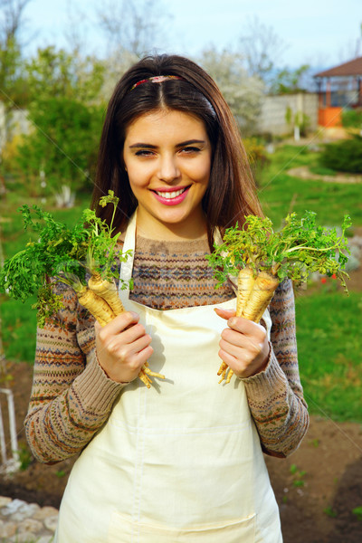 Gülen genç kadın taze sebze bahçe kadın Stok fotoğraf © deandrobot