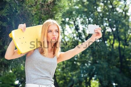 Dziewczyna deskorolka Fotografia funny młoda dziewczyna Zdjęcia stock © deandrobot
