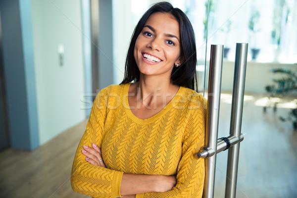 Femme d'affaires permanent bras pliées portrait Photo stock © deandrobot
