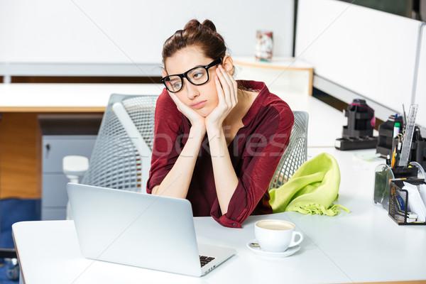 Kimerült üzletasszony dolgozik laptop iszik kávé Stock fotó © deandrobot