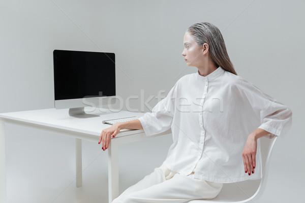 Dziewczyna patrząc ekranie komputera dość tajemniczy szary Zdjęcia stock © deandrobot