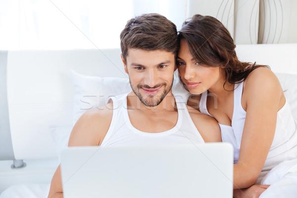 Piękna patrząc laptop bed szczęśliwy Zdjęcia stock © deandrobot
