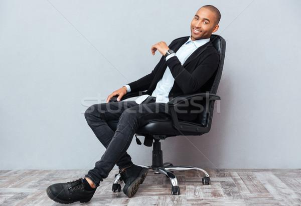 Gelukkig afro-amerikaanse jonge man vergadering leder bureaustoel Stockfoto © deandrobot