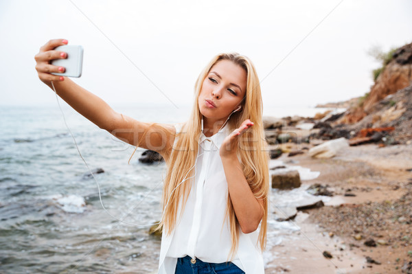 Mujer aire beso playa Foto stock © deandrobot