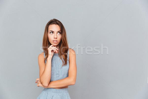 Peinzend mooie vrouw permanente denken grijs Stockfoto © deandrobot