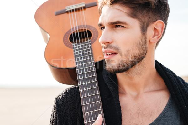 Foto d'archivio: Uomo · piedi · spiaggia · chitarra · spalla
