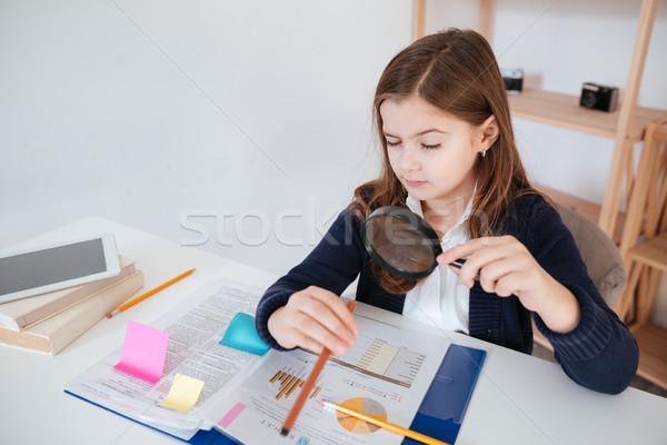 Zabawny dziewczynka czytania lupą tabeli student Zdjęcia stock © deandrobot