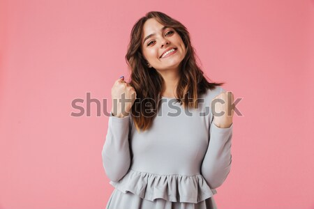 Derűs hölgy fehér póló pózol rózsaszín Stock fotó © deandrobot
