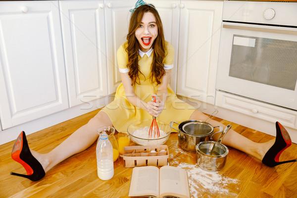 Alegre jóvenes pinup mujer sesión piso Foto stock © deandrobot
