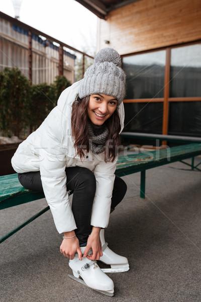Kobieta posiedzenia rysunku skate uśmiechnięty Zdjęcia stock © deandrobot