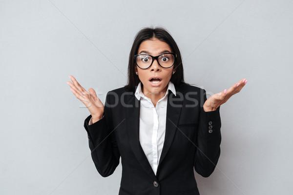 Schockiert verwechselt business woman gestikulieren Hände Stock foto © deandrobot