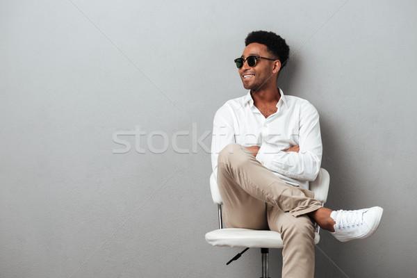 Foto stock: Sorridente · feliz · africano · homem · posando · cadeira
