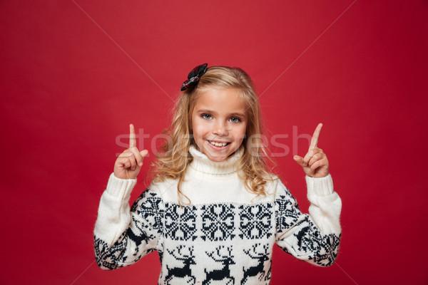 肖像 快樂 小女孩 聖誕節 毛線衣 指向 商業照片 © deandrobot