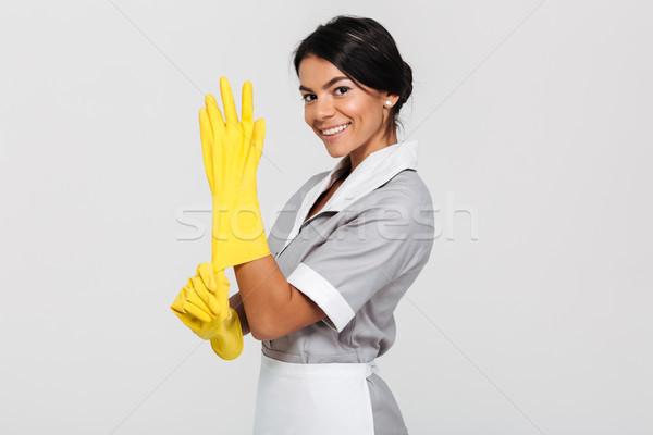 Portré gyönyörű barna hajú házvezetőnő egyenruha visel Stock fotó © deandrobot