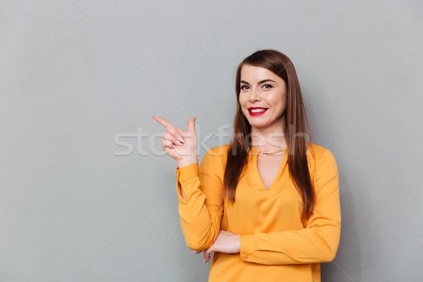 Stok fotoğraf: Portre · gülümseyen · kadın · işaret · parmak · uzak · bo