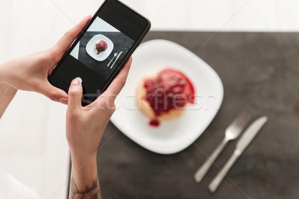 Foto vrouw pannenkoeken telefoon jonge vrouw Stockfoto © deandrobot