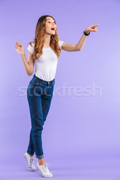 Emocjonalny kobieta stałego odizolowany fioletowy ściany Zdjęcia stock © deandrobot