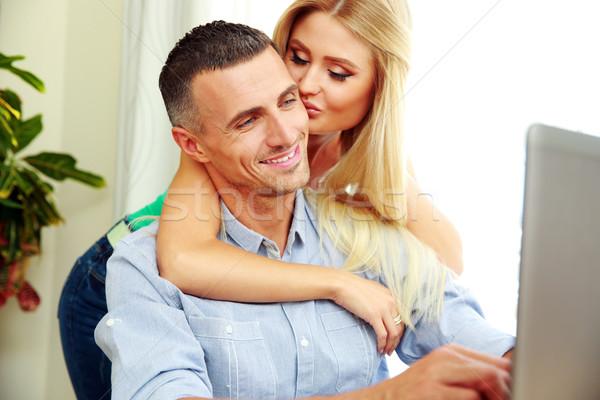 Portré lány csók fiúbarát laptopot használ szeretet Stock fotó © deandrobot