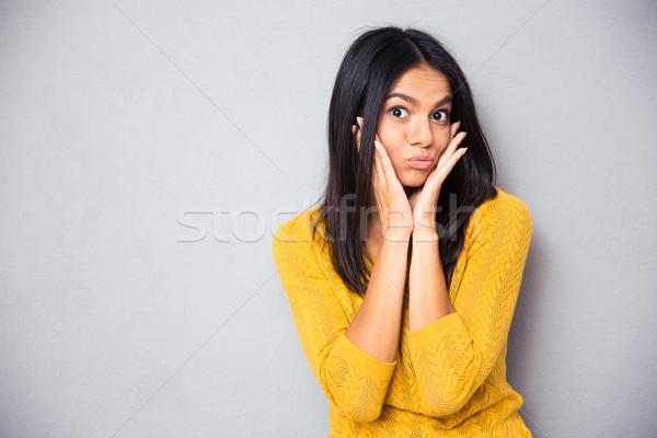 Mulher bochechas mulher jovem em pé cinza olhando Foto stock © deandrobot