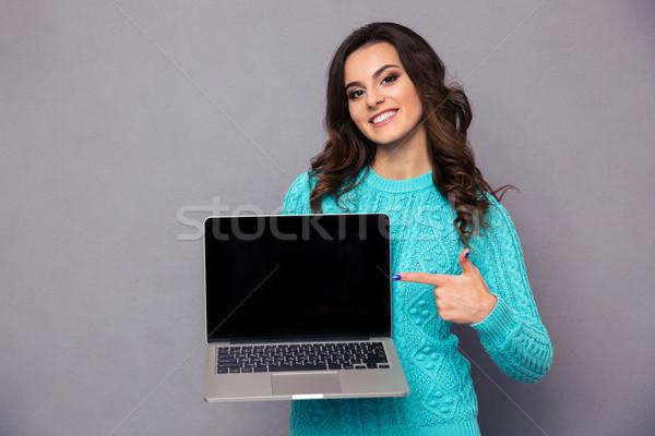 Kobieta wskazując palec laptop ekranu portret Zdjęcia stock © deandrobot