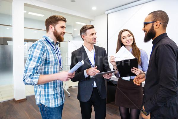 Groupe gens d'affaires réunion chef d'équipe heureux jeunes Photo stock © deandrobot