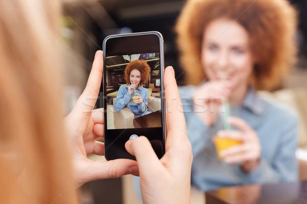 Kadın cep telefonu fotoğrafları kız arkadaş gülen Stok fotoğraf © deandrobot