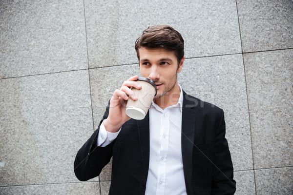 Stock fotó: Vonzó · fiatal · üzletember · áll · iszik · kávé