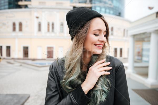 Stockfoto: Vrolijk · jonge · vrouw · hoed · lopen · straat