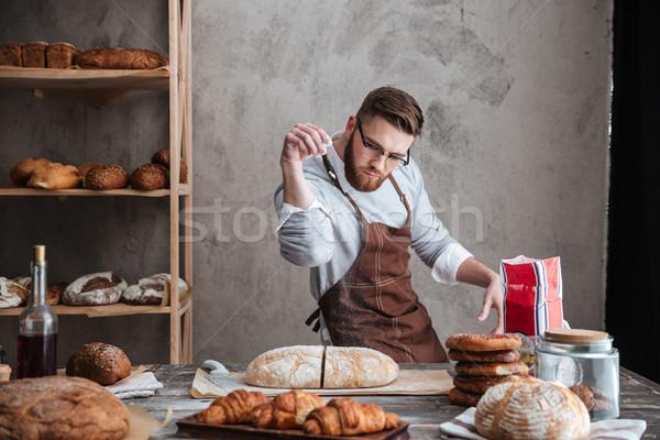 Concentré homme Baker permanent boulangerie pain Photo stock © deandrobot