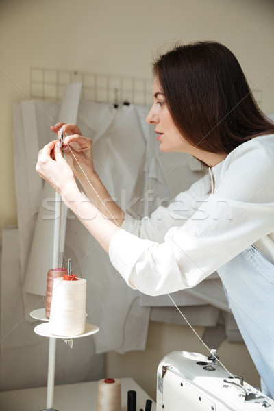 Zijaanzicht werken naaimachine brunette schort workshop Stockfoto © deandrobot