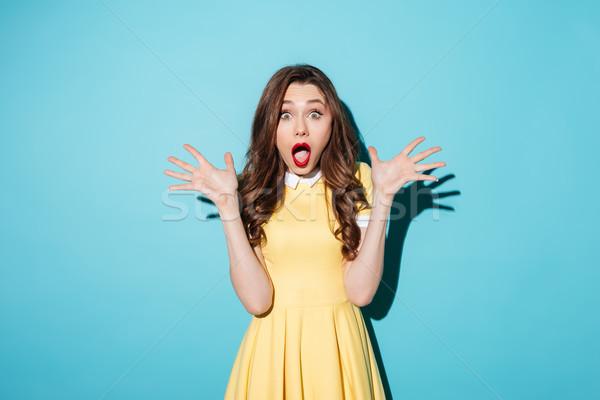 Geschokt jonge brunette vrouw afbeelding Geel Stockfoto © deandrobot