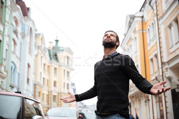 Ritratto soddisfatto barbuto uomo maglione piedi Foto d'archivio © deandrobot