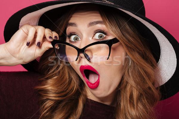 Megrémült hölgy visel kalap szemüveg kép Stock fotó © deandrobot