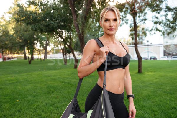 Bastante fuerte jóvenes deportes mujer pie Foto stock © deandrobot
