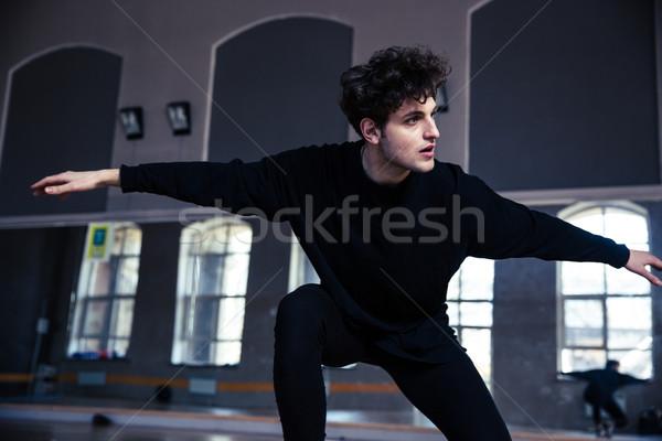 Przystojny młody człowiek taniec siłowni człowiek szczęśliwy Zdjęcia stock © deandrobot