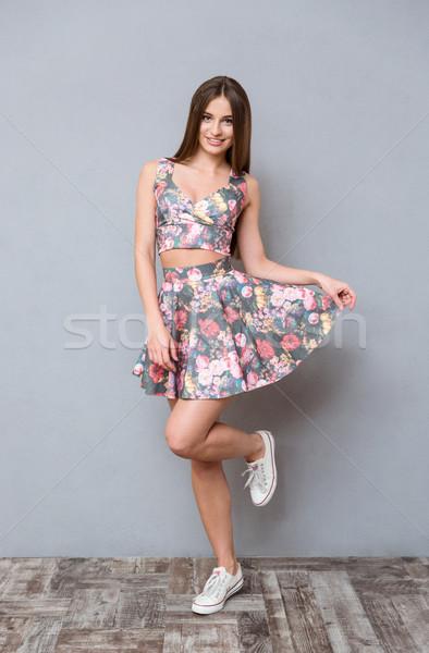 Stock fotó: Aranyos · csinos · gondtalan · lány · szürke · virágmintás
